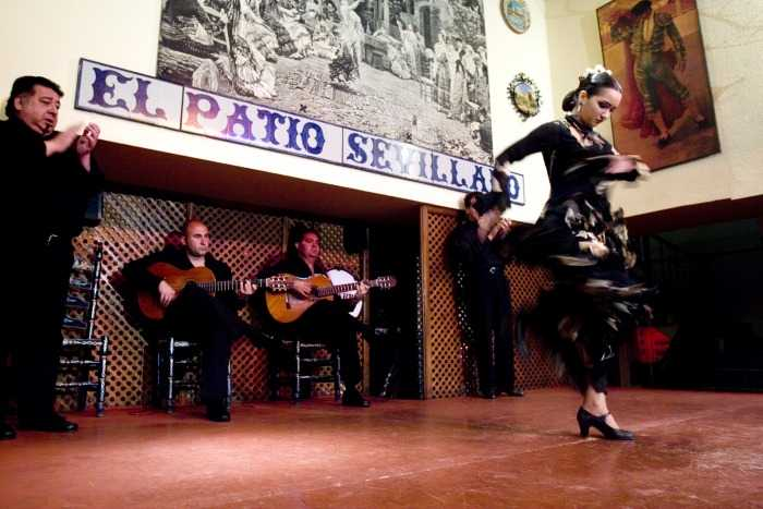 Patio Sevillano: Espectáculo Flamenco